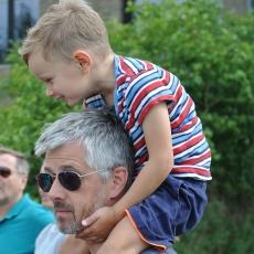 Kind auf Schulter