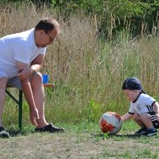 Kind + Erwachsener mit Ball